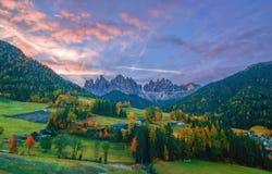 Paesaggio variopinto di autunno nel villaggio di Santa Maddalena ad alba Alpi della dolomia, Tirolo del sud, Italia Immagini Stock