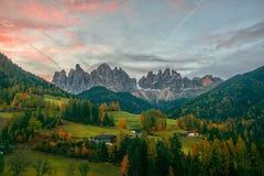 Paesaggio variopinto di autunno nel villaggio di Santa Maddalena ad alba Alpi della dolomia, Tirolo del sud, Italia Fotografia Stock Libera da Diritti