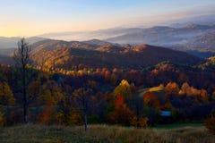 Paesaggio variopinto di autunno in Romania Immagine Stock