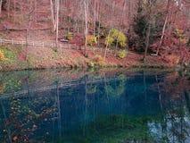 Paesaggio variopinto di caduta nel lago Blautopf Fotografie Stock Libere da Diritti