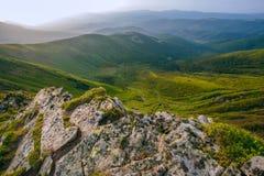 Paesaggio variopinto di estate nelle montagne carpatiche Superficie di pietra Immagini Stock Libere da Diritti