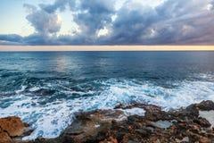 Paesaggio variopinto sbalorditivo fantastico, tramonto sulla riva di Th fotografie stock libere da diritti