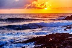 Paesaggio variopinto sbalorditivo fantastico, tramonto sulla riva di Th fotografia stock