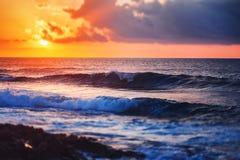 Paesaggio variopinto sbalorditivo fantastico, tramonto sulla riva di Th fotografie stock