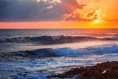 Paesaggio variopinto sbalorditivo fantastico, tramonto sulla riva di Th immagine stock libera da diritti