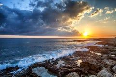 Paesaggio variopinto sbalorditivo fantastico, tramonto sulla riva di Th immagine stock