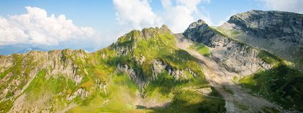 Paesaggio verde della montagna rocciosa di Caucaso, fondo naturale di viaggio Foto dell'insegna immagini stock