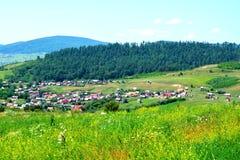 Paesaggio verde nella Transilvania Vista del villaggio Racos Immagine Stock Libera da Diritti