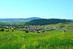 Paesaggio verde nella Transilvania Vista del villaggio Racos, la Transilvania Fotografia Stock