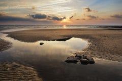 Paesaggio vibrante sbalorditivo di tramonto sopra la baia di Dunraven in Galles Fotografia Stock