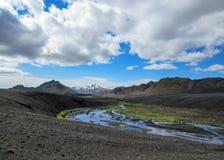 Paesaggio vulcanico con il fiume glaciale che corre dal ghiacciaio di Myrdalsjokull, Hvanngil, traccia di Laugavegur, altopiani d fotografia stock libera da diritti