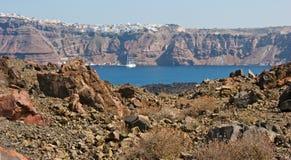 Paesaggio vulcanico con la vista su Santorini. Fotografie Stock