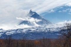 Paesaggio vulcanico di Kamchatka: vista del vulcano di eruzione Fotografie Stock