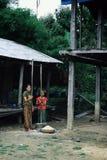 paesani che frantumano mais e riso il modo tradizionale fotografia stock libera da diritti