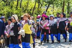 Paesani di minoranza di Hani che ritornano a casa dopo un corteo funebre immagine stock