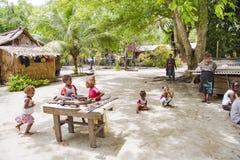 Paesano che vende i ricordi sul villaggio di Solomon Islands immagini stock