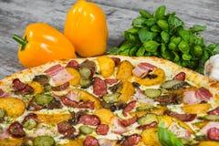 Paese della pizza, con i rosmarini e le spezie su un fondo di legno leggero fotografia stock