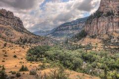 Paese irregolare nel Wyoming rurale durante l'estate Immagini Stock