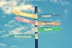 Paesi e cartello di Europa contro cielo blu rappresentazione 3d Immagini Stock