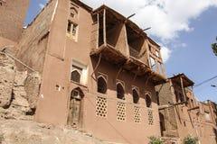 Paesino di montagna Abyaneh con le case rosse caratteristiche nella zona centrale dell'Iran fotografie stock libere da diritti