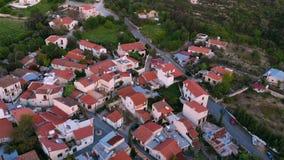 Paesino di montagna autentico tradizionale dei tetti sopraelevati nel Cipro archivi video