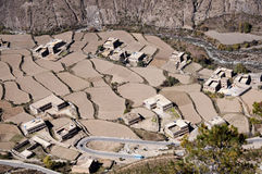 Paesino di montagna con i campi Immagine Stock Libera da Diritti