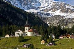 Paesino di montagna con la chiesa Immagini Stock