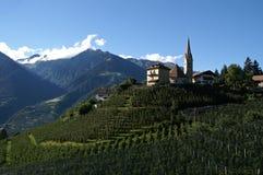 paesino di montagna della chiesa fotografia stock