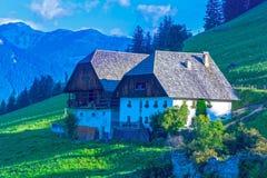 Paesino di montagna delle alpi in Italia Fotografie Stock