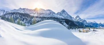 Paesino di montagna ed alpi nevose Immagine Stock Libera da Diritti
