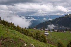 Paesino di montagna fra i pascoli verdi Fotografia Stock Libera da Diritti