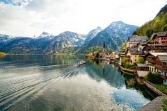 Paesino di montagna di Hallstatt con il lago Hallstatter nelle alpi austriache Fotografia Stock