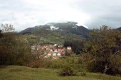 Paesino di montagna Il villaggio alloggia le montagne nei precedenti Fotografia Stock Libera da Diritti