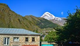 Paesino di montagna in Kazbegi, Georgia fotografia stock libera da diritti
