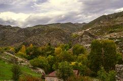 Paesino di montagna nel giorno di autunno prima della pioggia Immagini Stock Libere da Diritti