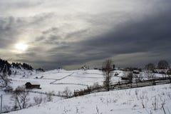 Paesino di montagna nell'orario invernale Fotografia Stock