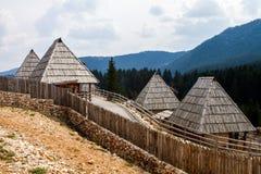 Paesino di montagna rurale bucolico composizione in giorno di primavera su una grande fotografia stock libera da diritti