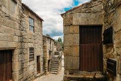 Paesino di montagna storico di Sortelha, costruito all'interno delle pareti fortificate medievali, incluse nel villaggio storico  Fotografia Stock Libera da Diritti