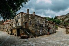 Paesino di montagna storico di Sortelha, costruito all'interno delle pareti fortificate medievali, incluse nel villaggio storico  Fotografia Stock