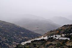 Paesino di montagna tipico in nebbia Fotografia Stock Libera da Diritti