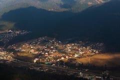 Paesino di montagna visto da sopra Immagini Stock