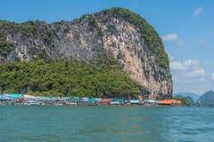 Paesino di pescatori al piede della montagna Tailandia fotografie stock libere da diritti