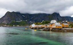 Paesino di pescatori con le case del oragne su Lofoten in tempo nuvoloso Fotografia Stock