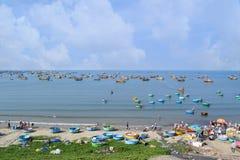 Paesino di pescatori con molte barche del canestro nel mare di muine, Vietnam Fotografia Stock