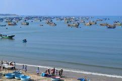 Paesino di pescatori con molte barche tradizionali e la nave del canestro nella m. Fotografia Stock