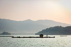 Paesino di pescatori costiero nella mattina a Ko Chang, Trat, Tailandia Immagini Stock