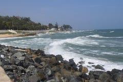 Paesino di pescatori in linea costiera con la forte onda Fotografia Stock Libera da Diritti