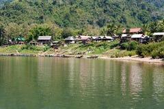 Paesino di pescatori Muang Ngoi Neua nel Laos Fotografie Stock