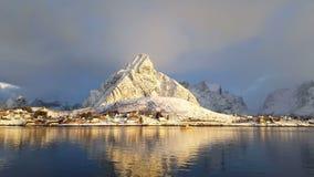 Paesino di pescatori nell'inverno un giorno soleggiato norway archivi video