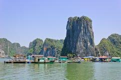 Paesino di pescatori nella baia di Halong Fotografia Stock